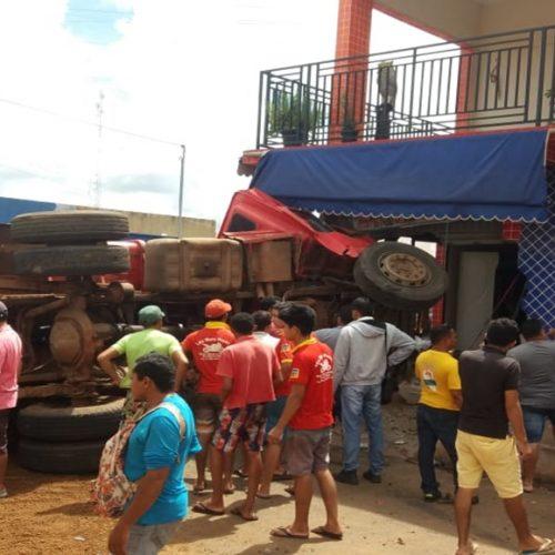 Motorista perde controle e caçamba desgovernada invade comércio no Piauí