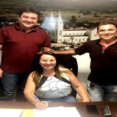 Em busca de recursos, prefeita de Santana do Piauí se reúne com deputados em Teresina