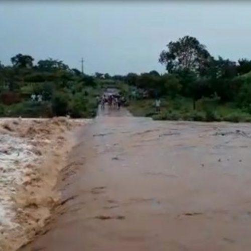 Cheia no Rio Guaribas cobre passagem molhada em São Luís do Piauí