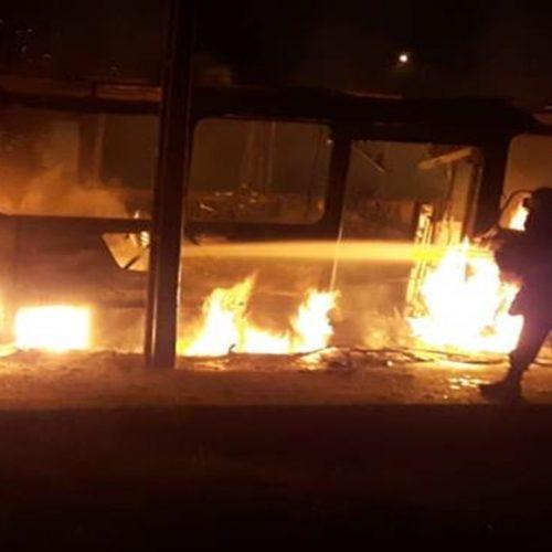Mais um ônibus é incendiado em Teresina: alerta para ataques em série