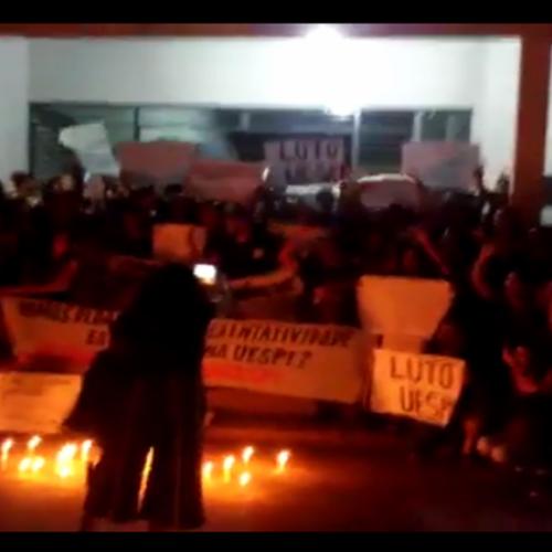 Manifestação dos estudantes da UESPI entra pela noite e para o trânsito em cidade do Piauí