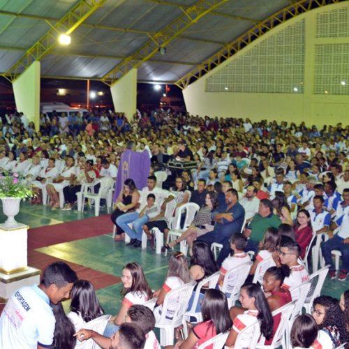 Fiéis lotam ginásio e participam de missa e show religioso em Belém do Piauí; veja fotos