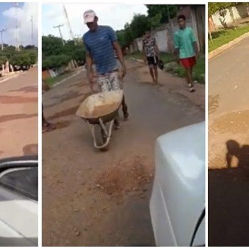 Indignados com condições de via, moradores de cidade do Piauí tapam buracos por conta própria