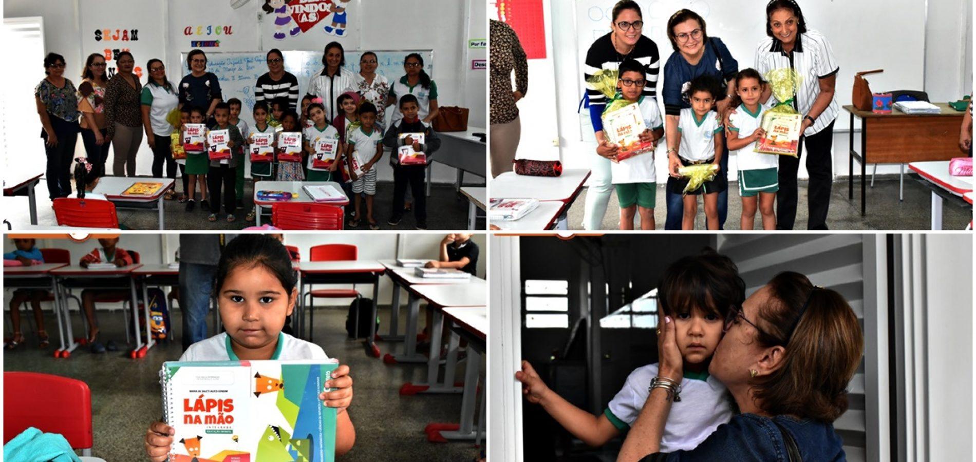 FRONTEIRAS | Prefeita e secretária entregam 250 kits de livros didáticos para alunos da Educação Infantil