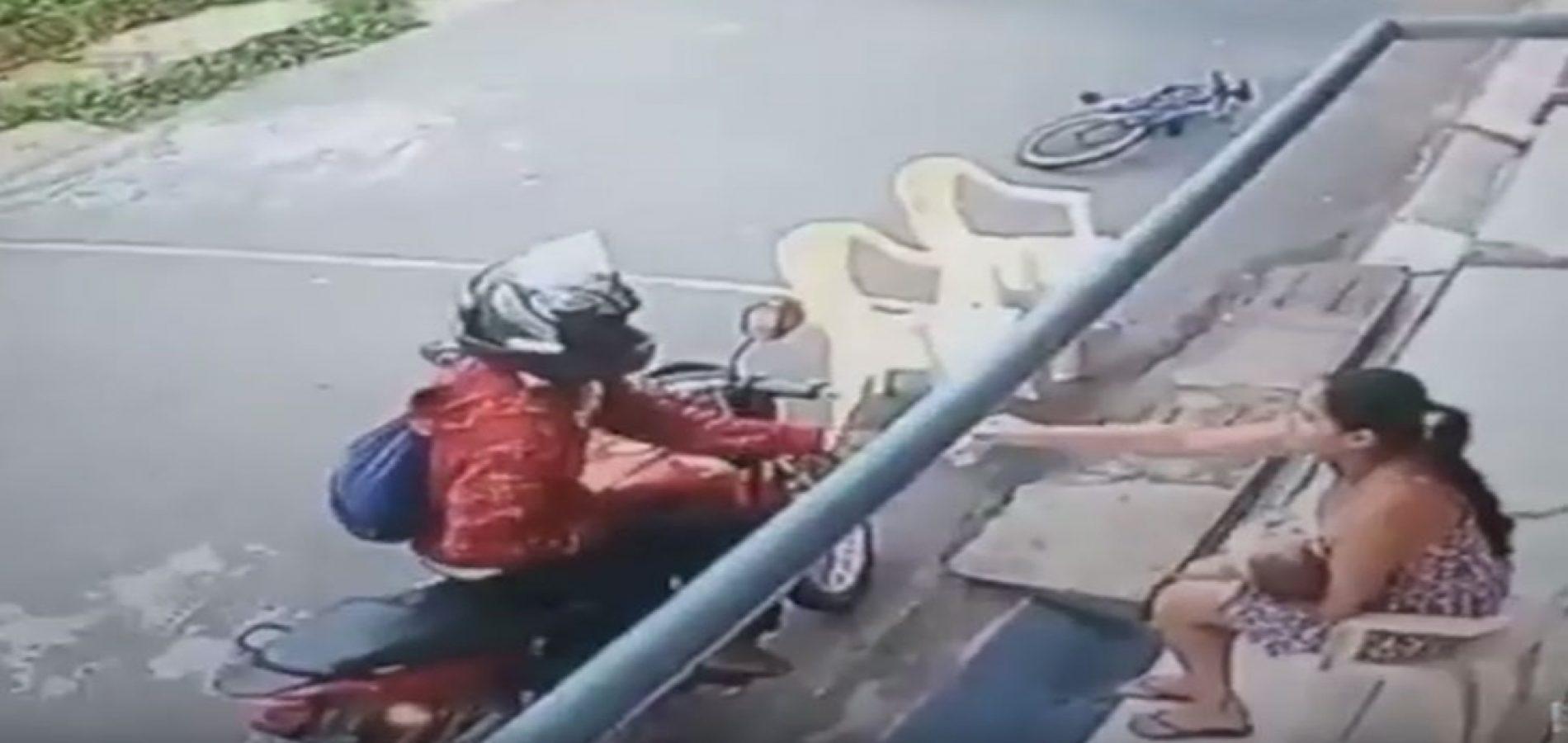 Mãe amamentando é assaltada na porta de casa e há troca de tiros; assista vídeo