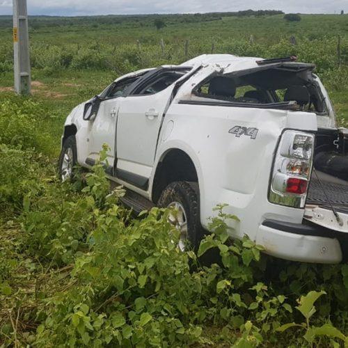 Carro do prefeito de Acauã capota na BR 407, em Jaicós