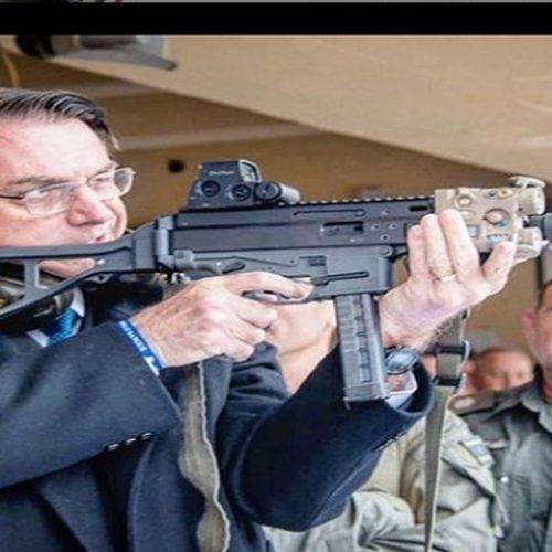 Bolsonaro publica foto com arma e critica leis de desarmamento