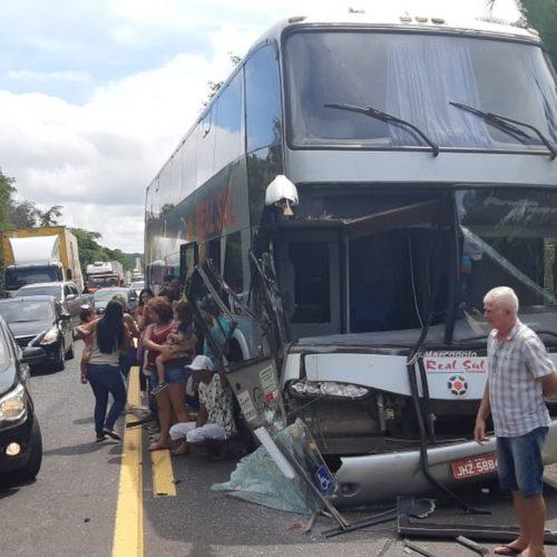 Colisão entre carro, caminhão e ônibus provoca engarrafamento na BR-316
