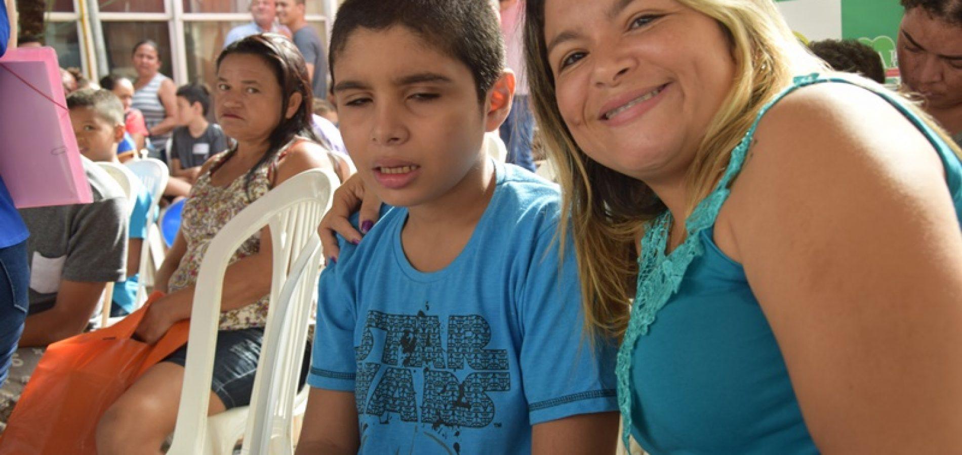 """""""Por meu filho eu faço e enfrento tudo"""", diz mãe de adolescente autista"""