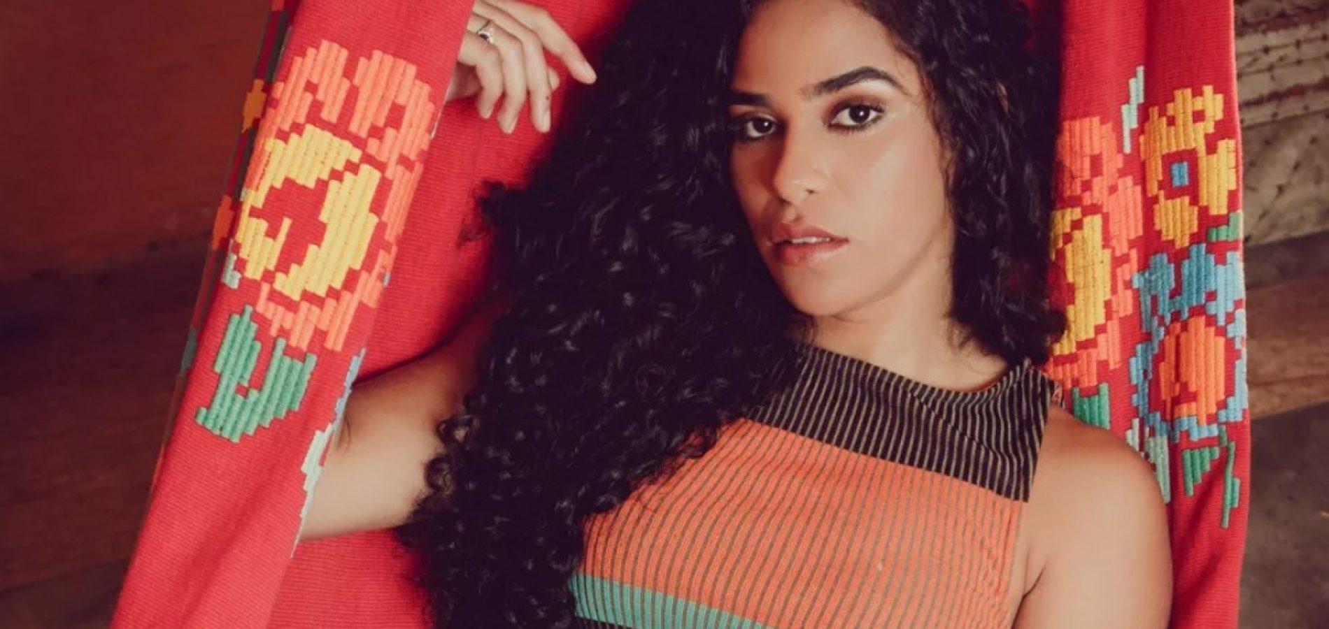 Com sanfona no ombro, Elana Valenária defende e exalta as belezas do Nordeste