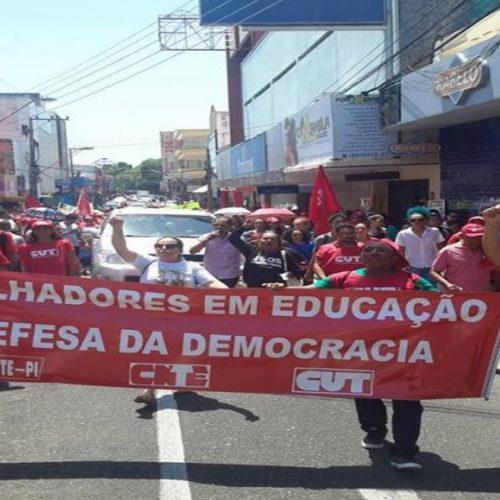Trabalhadores em Educação fazem assembleia para decidir greve