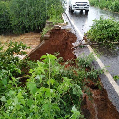 Rodovia que interliga Picos e Bocaina corre risco de rompimento; veja imagens