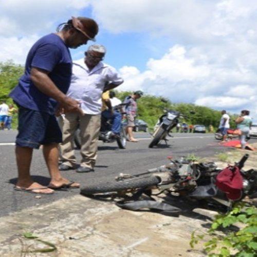 Colisão frontal entre motocicleta e carro deixa empresário morto