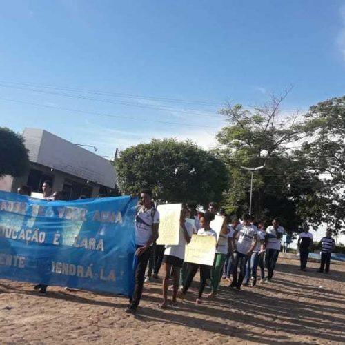 Estudantes fazem protesto para cobrar transporte escolar em cidade do Piauí