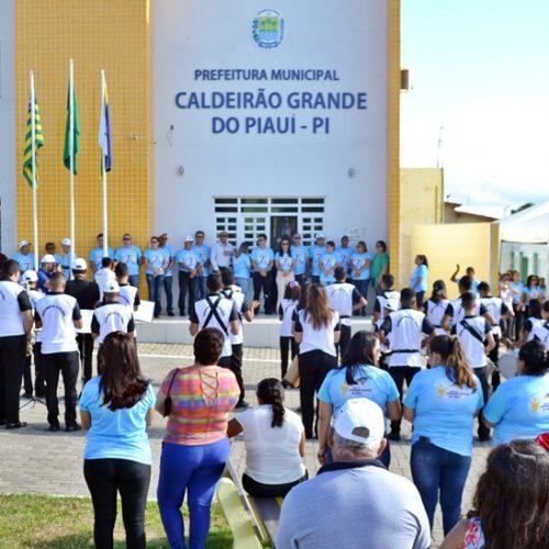 CALDEIRÃO 27 ANOS   Cerimônia cívica, corte do bolo e atividades esportivas movimentam a manhã