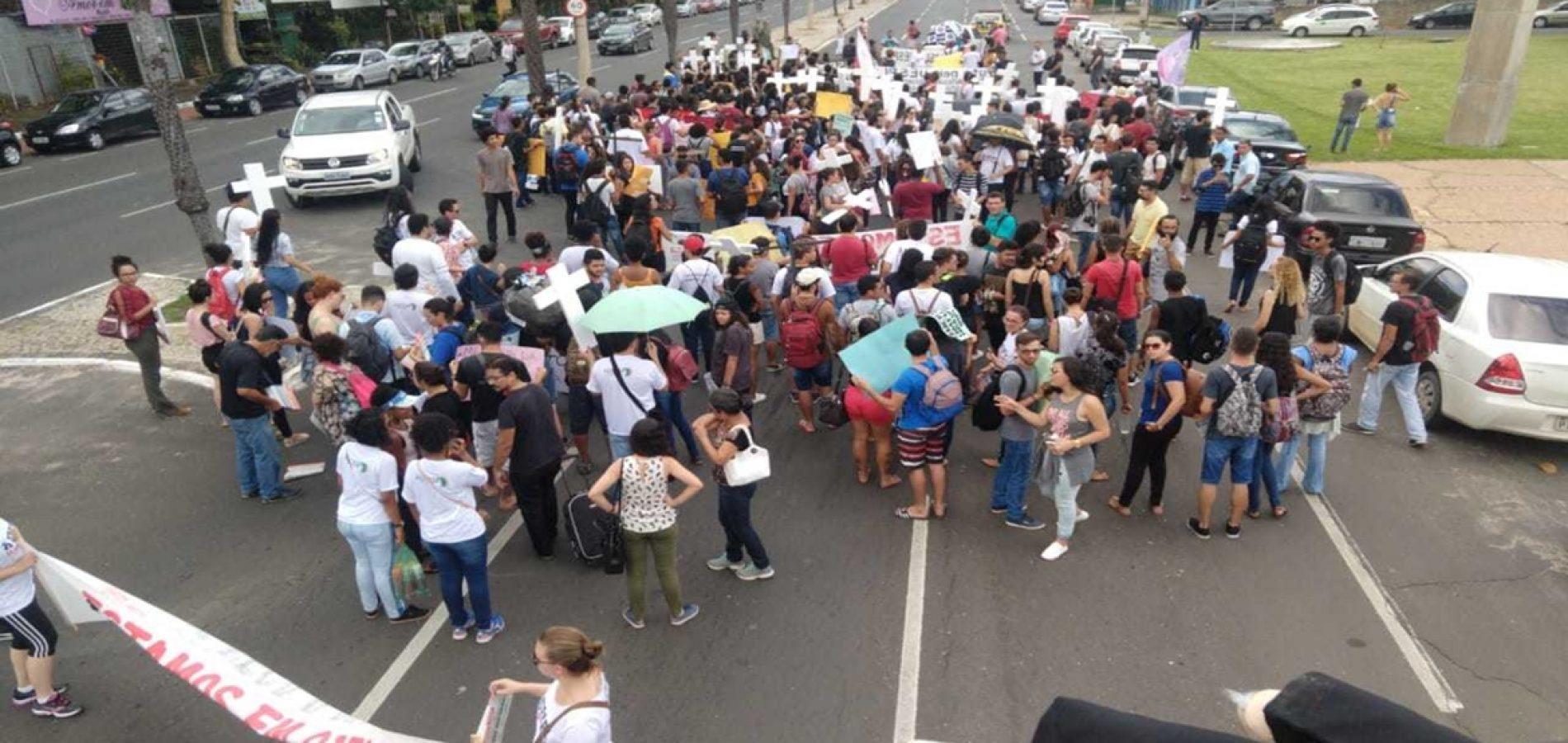 Professores e alunos fazem caminhada na capital em novo protesto em defesa da Uespi