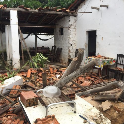 Teto de casa desaba e mata morador após forte chuva no Litoral do Piauí