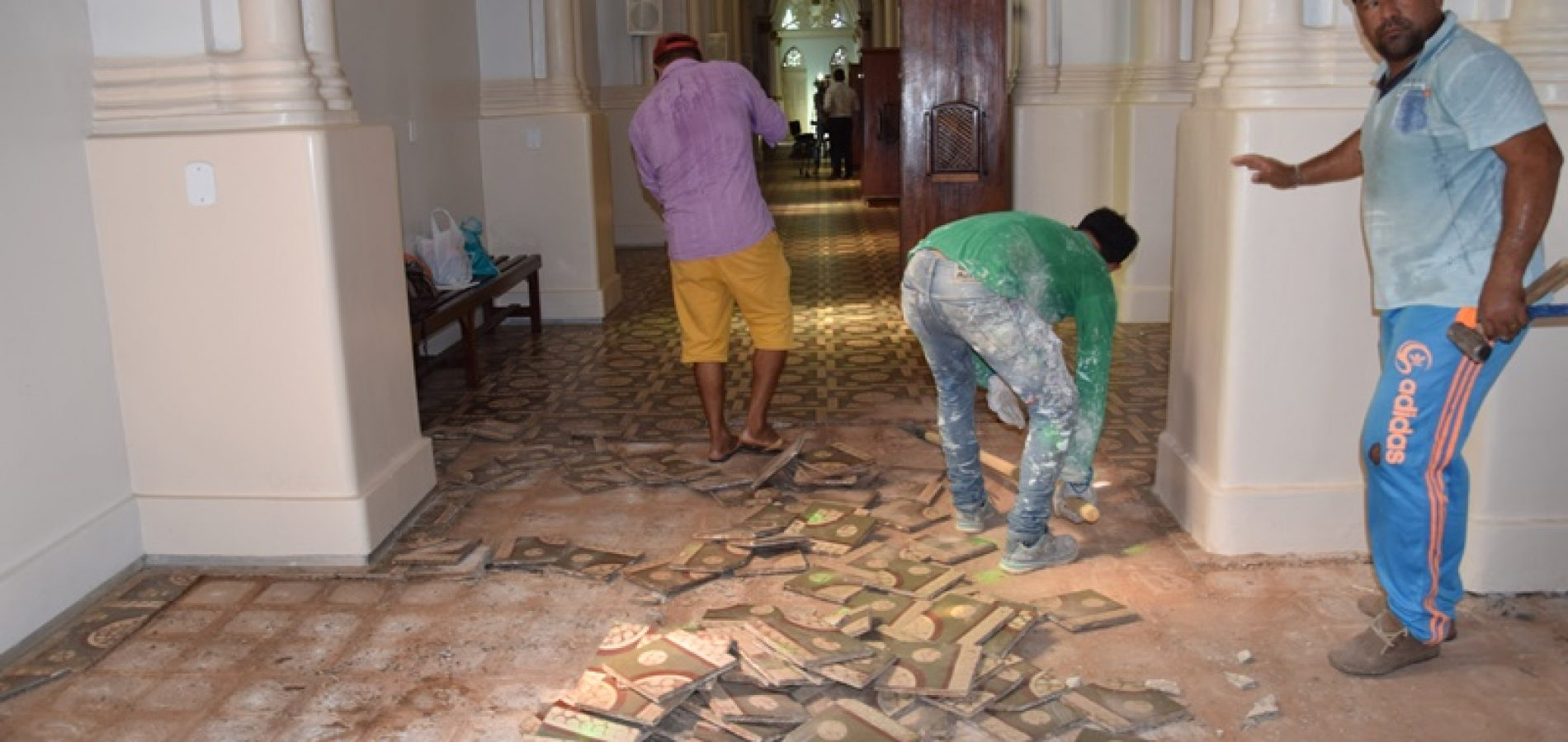 Inicia obra de reforma no piso da Igreja Matriz de Picos