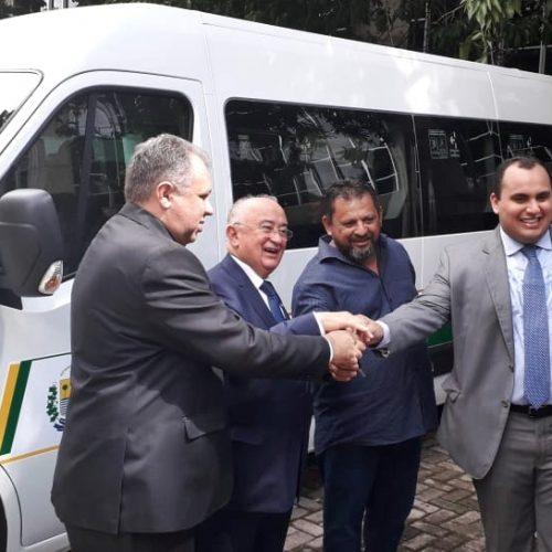 Saúde de Belém do Piauí recebe nova van para transporte de pacientes