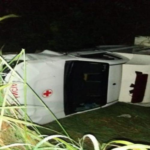 Ambulância capota ao desviar de buraco e deixa quatro vítimas na PI-112