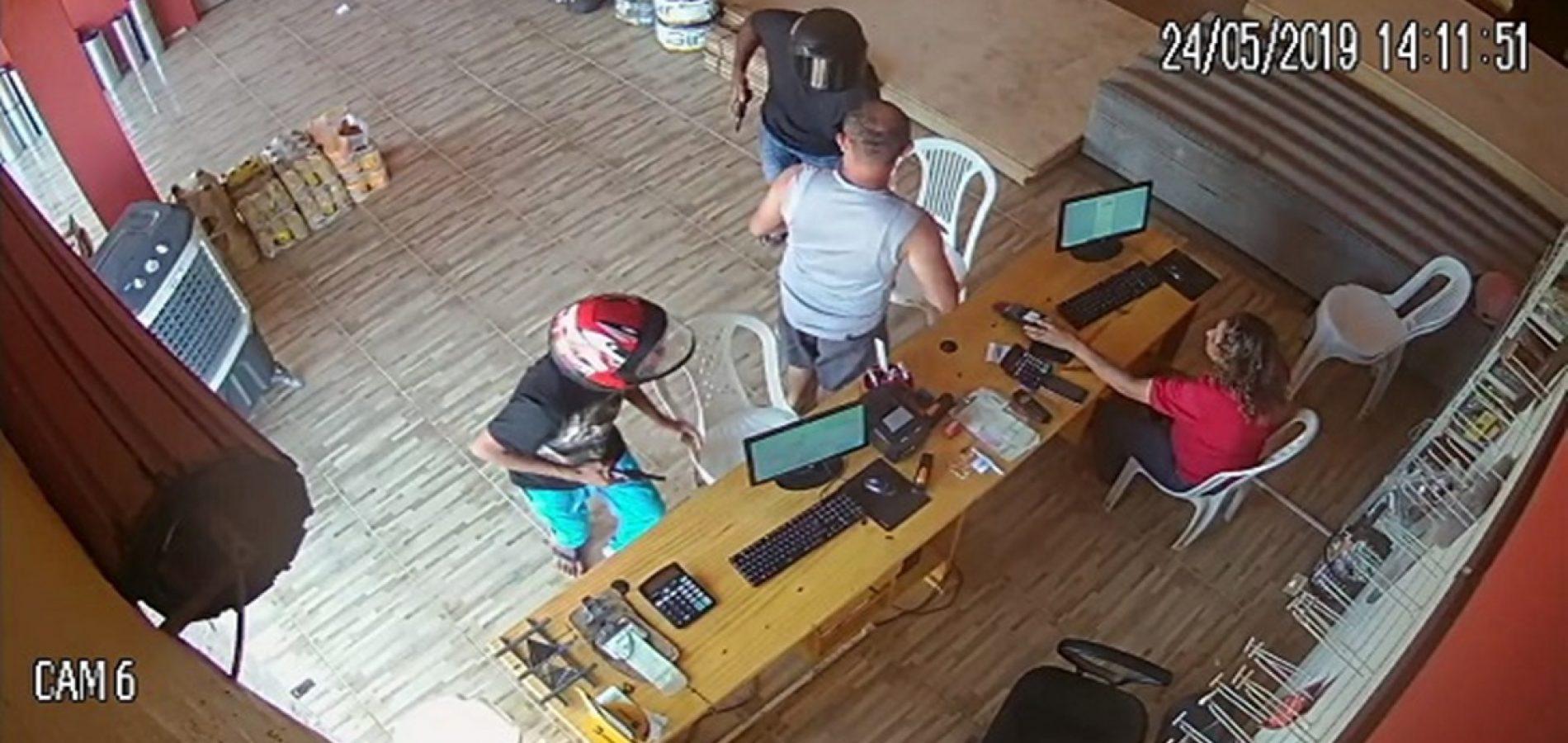 Câmera flagra criminosos assaltando estabelecimento no Piauí