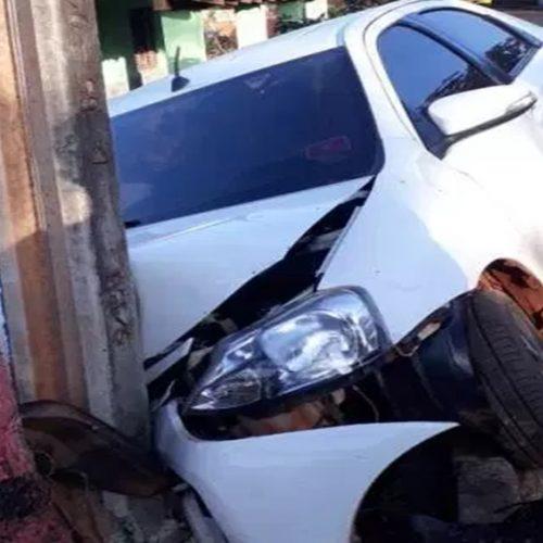 Jovem perde o controle do veículo e bate de frente com poste
