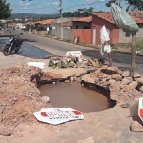 Enorme cratera se forma após cano da Agespisa estourar em cidade do Piauí