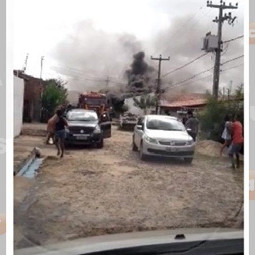 Militar do Exército incendeia a própria casa e fogo ameaça atingir casas vizinhas