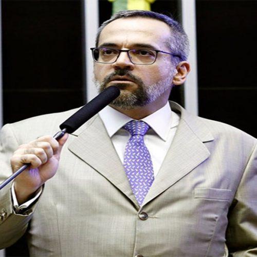 AO VIVO: Ministro fala sobre cortes nas universidades