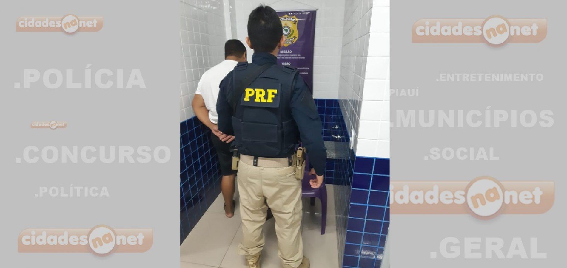 PRF prende homem suspeito de estelionato e apreende cheques