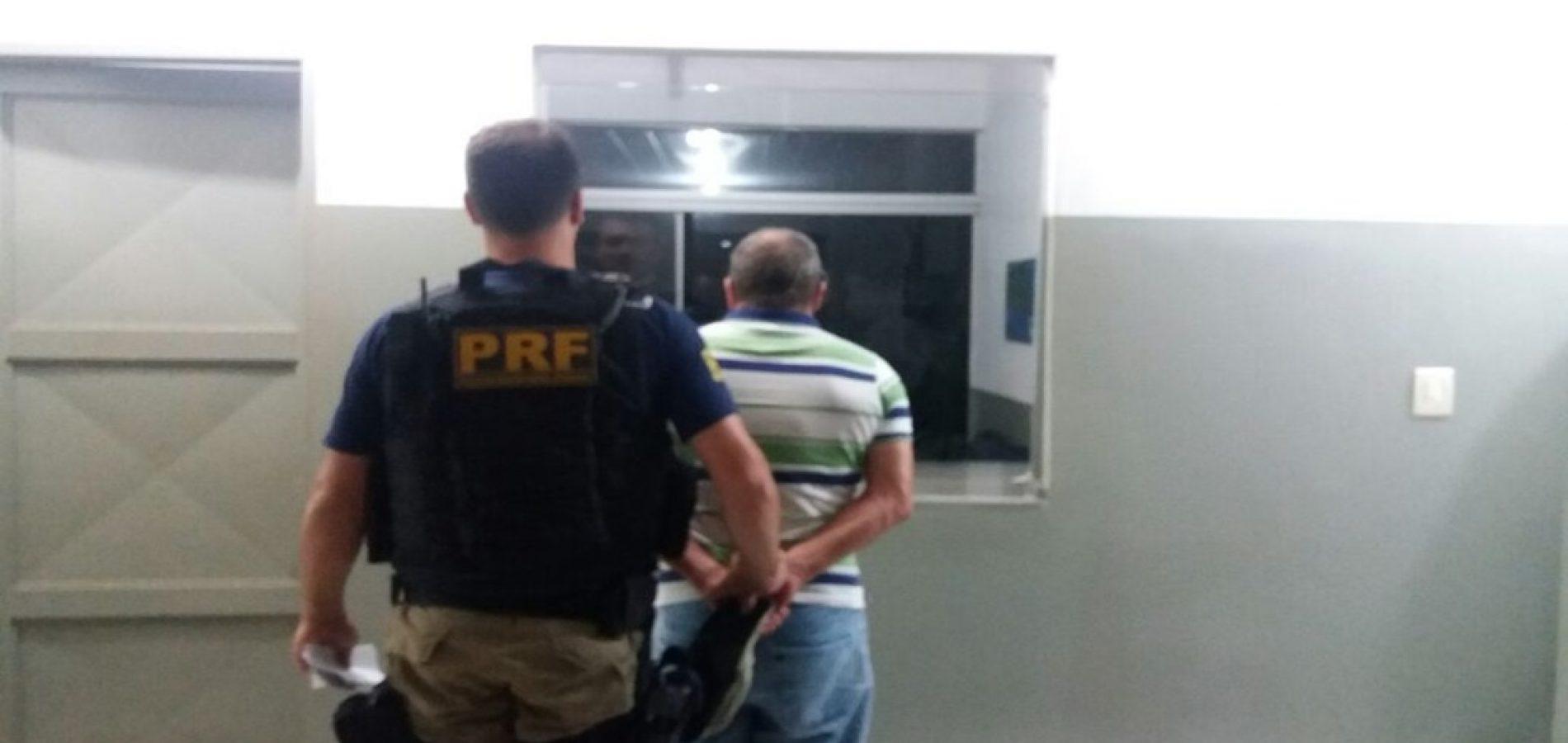 PRF prende homem com mandado de prisão em aberto na BR-343