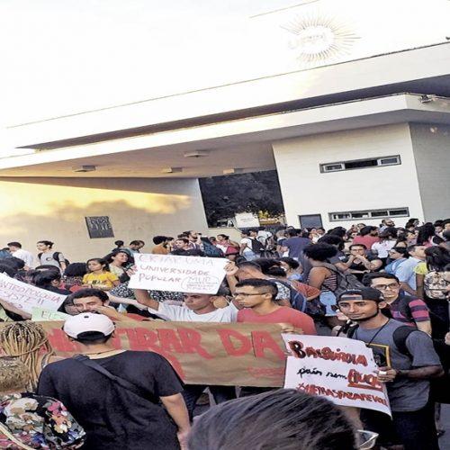 Estudantes bloqueiam entrada da UFPI