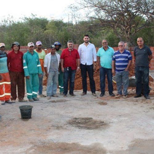 Com recursos próprios, Prefeitura de Simões constrói Quadra Poliesportiva no povoado Curralinho