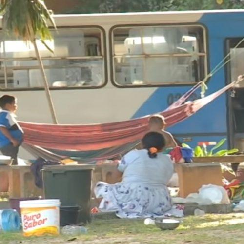 Em Teresina, grupo com 60 venezuelanos acampa em praça