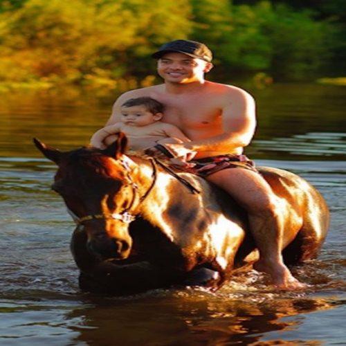 Wesley Safadão leva filho de 7 meses para andar de cavalo em rio