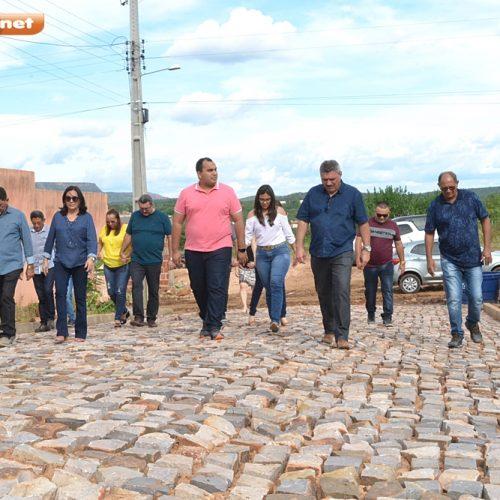 Prefeito Zé Ulisses e deputado Georgiano Neto visitam obras de pavimentação em Simões