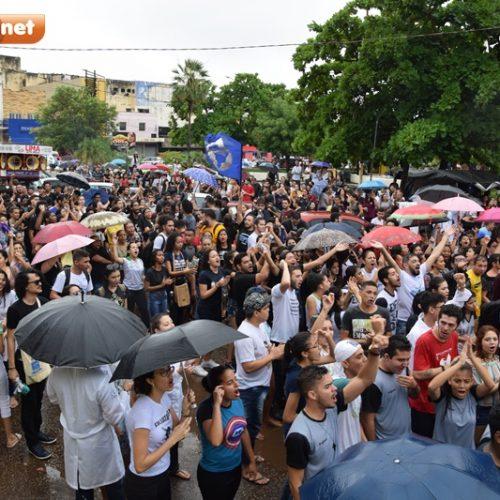 Debaixo de chuva, picoenses realizam manifestação contra cortes na educação e reforma da previdência
