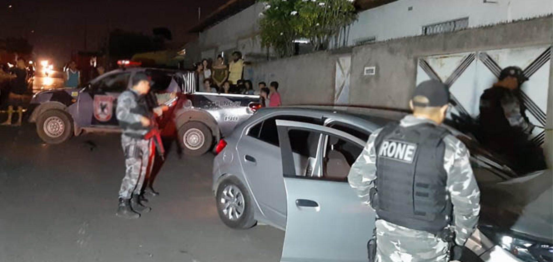 Suspeitos de fazer assaltos são mortos dentro de carro roubado no Piauí