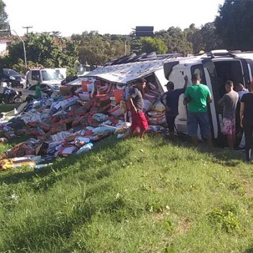 Caminhão tomba e tem parte da carga saqueada no Piauí; vídeo !