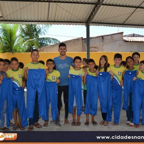 Educação de Belém faz entrega de fardamento escolar para alunos