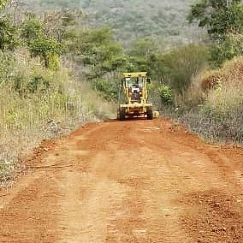 Prefeitura de Santana recupera estrada vicinal de acesso à Serra do Tanque e Coroatá; veja