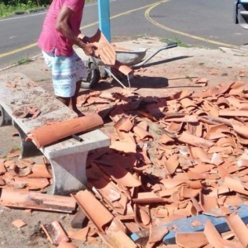 Caminhão colide e destrói ponto de ônibus no Norte do Piauí