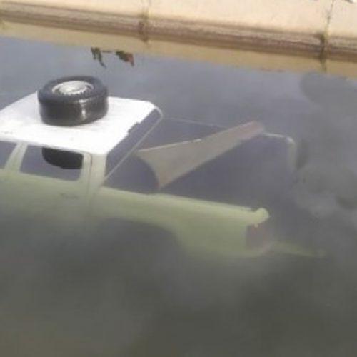 Condutor de Paulistana perde controle da direção e carro cai dentro de canal em Petrolina