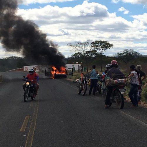 Carro incendeia na PI-378 próximo a Fazenda Condado em Pio IX