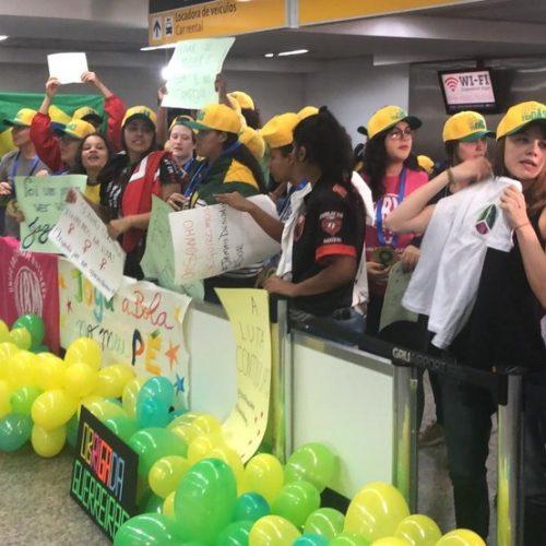 Atletas da seleção são recebidas com festa na chegada ao Brasil: 'Nunca vi assim'
