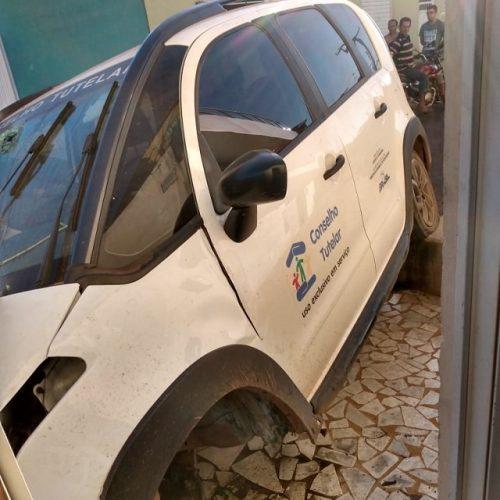 Carro do Conselho Tutelar de Picos se envolve em acidente; duas pessoas ficam feridas