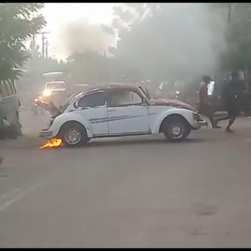 Fusca pega fogo após sair de lava jato no Piauí