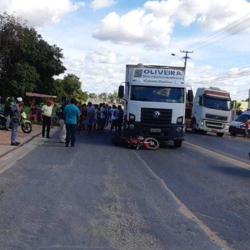 Motociclista de 20 anos morre após colisão transversal com caminhão na BR 343