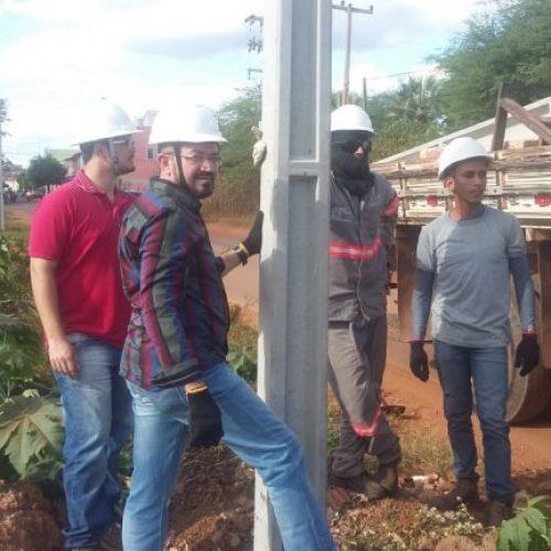 Prefeito reinicia obra da rede de energia elétrica que dá acesso ao bairro Aroeiras do Matadouro