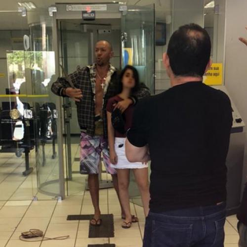 Homem invade banco e mantém jovem refém com faca no pescoço no PI